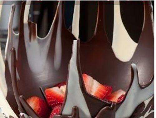Balon yardımı ile çikolatadan lezzetli meyve tabağı yapılışı