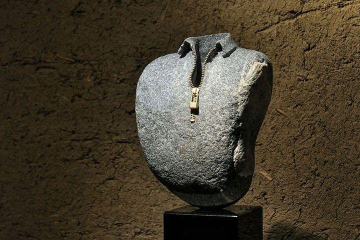 Hirotoshi'nin olağanüstü çalışmaları Taşları gerçeküstü nesneler haline getiriyor