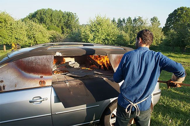 Eski arabanın işlevsel bir pizza fırına dönüşümü