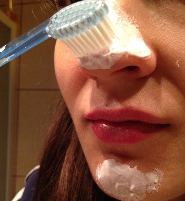 Diş fırçası ile siyah noktalardan kurtulma yöntemi